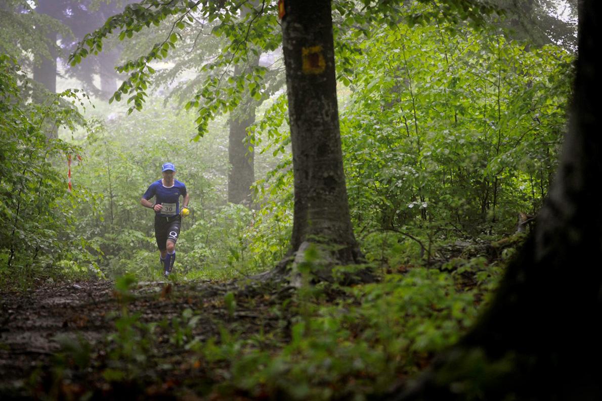 Στην εικόνα που έχει την ονομασία Κίσσαβος: «Με το τρέξιμο ξέρω ότι θα αντικαταστήσω την κούραση της δουλειάς και της καθημερινότητας με μια πιο ευχάριστη κούραση», λέει ο Νίκος Καλοφύρης. (Στη φωτογραφία τρέχοντας στον Κίσσαβο, τον Απρίλιο του 2014».