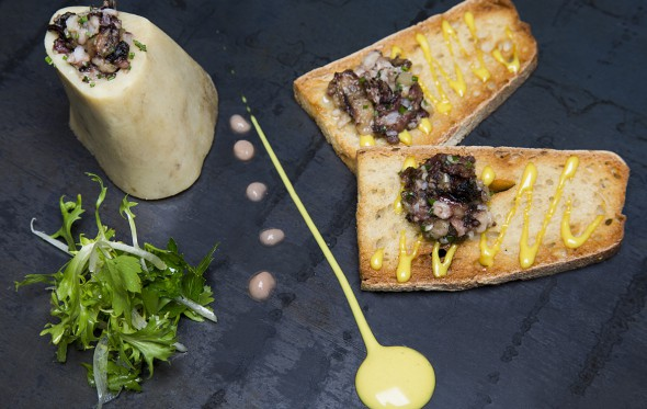 Μεδούλι με προζυμένιο ψωμί και gremolata  σκόρδου, από τον Άρη Βεζενέ