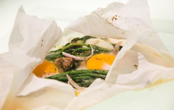 Άγρια σπαράγγια με αβγά και σύγκλινο στη λαδόκολλα, από τον  Περικλή Κοσκινά