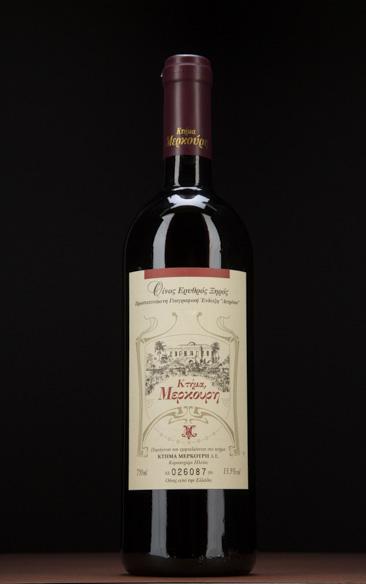 «Το 15% του κρασιού είναι Μαυροδάφνη. Το υπόλοιπο είναι Refosco, μια σπάνια ποικιλία της Ιταλίας που όμως καλλιεργείται στο Κτήμα Μερκούρη για πάνω από έναν αιώνα, με τους γείτονες να την αποκαλούν Μερκουρέικο!»