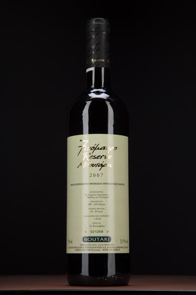 Το Reserve, το Επιλεγμένο όπως το λένε μερικοί, είναι ένδειξη πως αυτό το κρασί έχει ωριμάσει για πάνω από ένα χρόνο σε δρύινο βαρέλι και πολύ παραπάνω στην φιάλη.