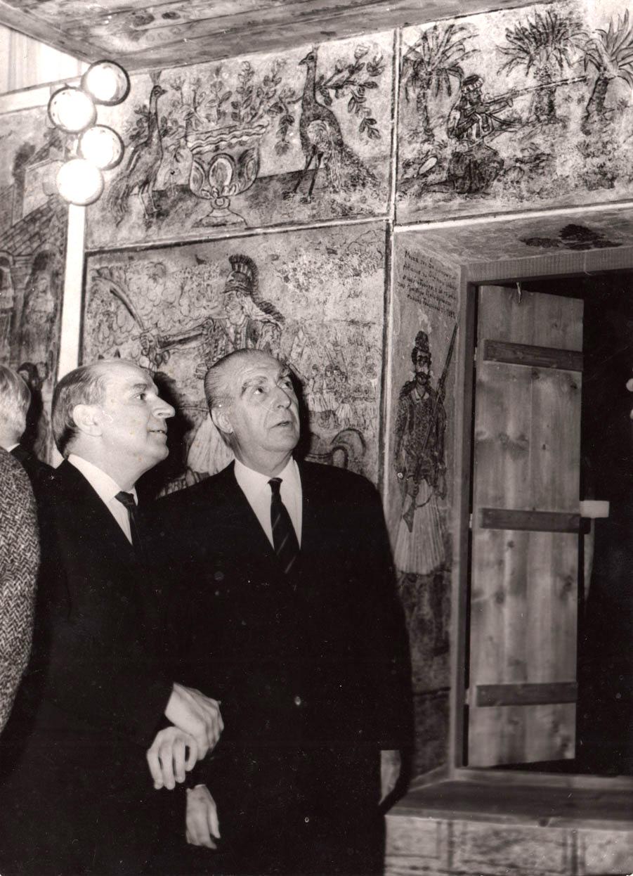 Ο Άγγελος Κατακουζηνός στα εγκαίνια του Μουσείου Θεόφιλου. Αύγουστος 1965 Φωτογραφία: katakouzenos.gr