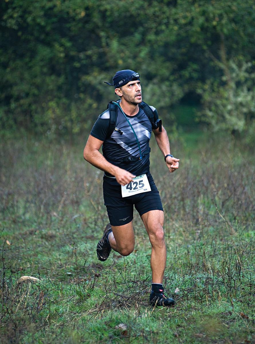 «Το τρέξιμο για μένα είναι κυρίως διαλογισμός –για την ακρίβεια το πεδίο ενσάρκωσης του διαλογισμού. Όχι μόνο με ωφελεί ψυχικά, αλλά ταυτόχρονα αποτελεί τρόπο έκφρασης και εκπαίδευσης του εαυτού μου». (Στη φωτογραφία, τρέχοντας στο VFT 2008, στη Ροδόπη)