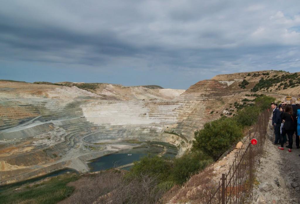 Στο εντυπωσιακό ορυχείο της Αγγεριάς. Εκεί μείναμε για περίπου 45 λεπτά με μία ώρα όπου οι μηχανικοί της S&B μας εξήγησαν τα πάντα για τις εργασίες εκεί.