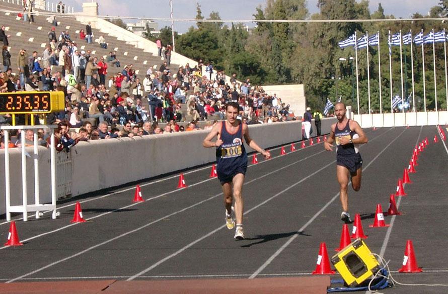 «Το τρέξιμο με παρέα τις περισσότερες φορές έχει πλάκα. Το μοναχικό τρέξιμο έχει ένα μαγικό τρόπο να σε ψυχαναλύει και επομένως να σε αναβαθμίζει. Πρέπει να υπάρχει ισορροπία ανάμεσα σε αυτά τα δυο είδη τρεξίματος». (Δεξιά στη φωτογραφία, τερματίζοντας στο Πανελλήνιο Μαραθωνίου 2005 στην Κλασική Διαδρομή)