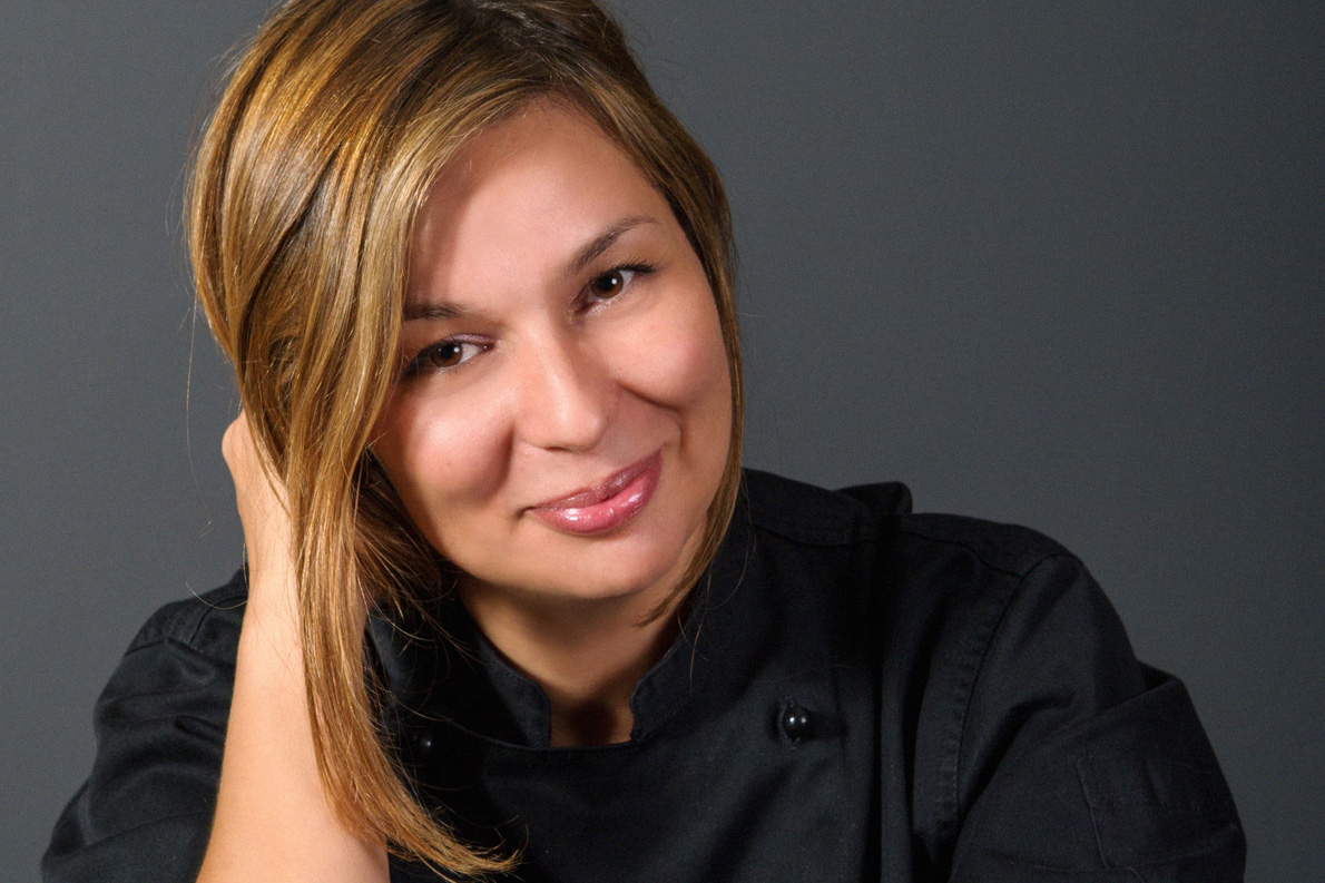 Η Κωνσταντίνα Φάκλαρη είναι η σεφ του ξενοδοχείου «Αιγιαλός» στα Φηρά Σαντορίνης.