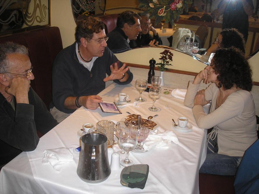 Η Μπέττυ Λιβανού κι ο Γιώργος Πανουσόπουλος με τον καθηγητή Κώστα Συνολάκη. (Φωτογραφία: Σωτήρης Κακίσης)
