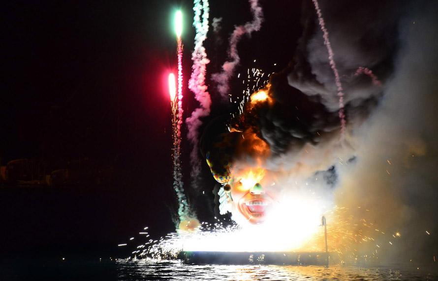"""Το """"Κάψιμο του βασιλιά Καρνάβαλου"""". Την τελευταία Κυριακή στην τελετή λήξης ακολουθεί το κάψιμο του βασιλιά Καρνάβαλου στο λιμάνι της πόλης. όσο ο Βασιλιάς καίγεται απο μέσα του  πυροδοτούν πανέμορφα πυροτεχνίματα."""