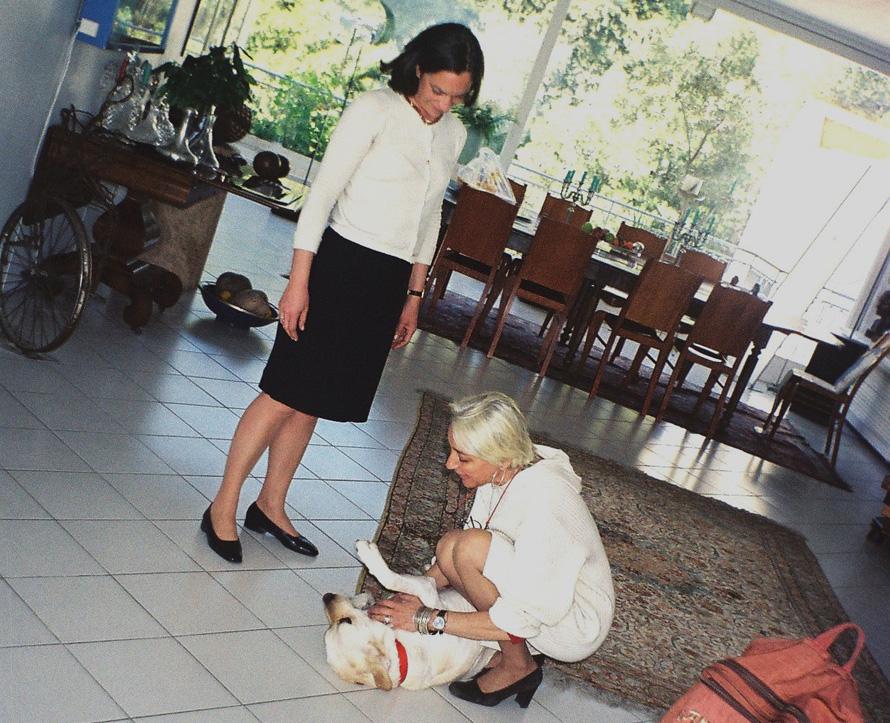 Με τη Λέτη Κρόκου και το αγαπημένο της σκυλί στο σπίτι της (φωτογραφία Σωτήρης Κακίσης).