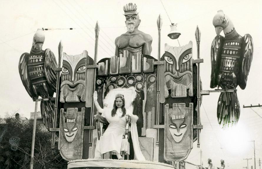 Η βασίλισσα του Καρναβαλιού στο άρμα της, δεκαετιά 1950. Φωτογραφία: Πατρινό Καρναβάλι/Δήμος Πατρέων