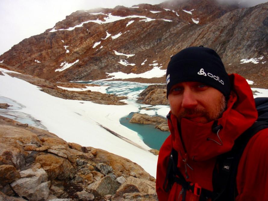 Αλπική λίμνη πηγαίνοντας προς την κορυφή Imertivap Qaqqarativva στην Γροιλανδία