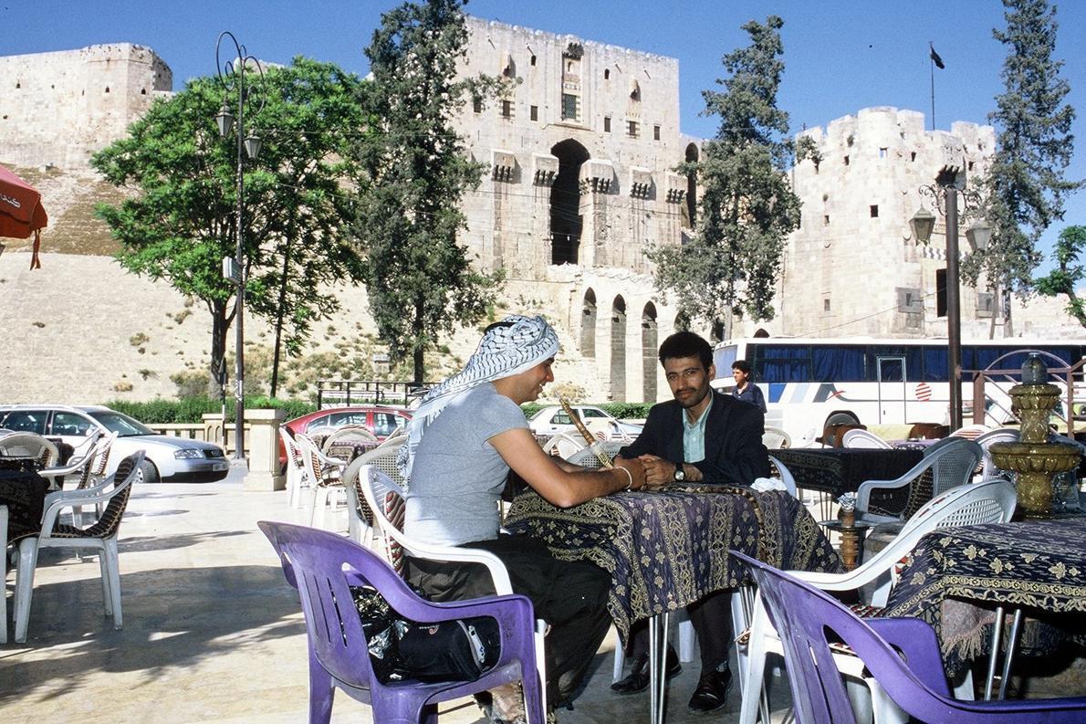 «Καφές και ναργιλές με τον φίλο Αχμέτ έξω από την Ακρόπολη του Χαλεπιού, Συρία».