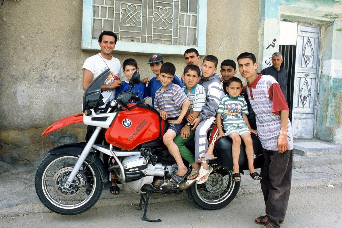«Πολλά παιδιά κι εγώ στ' αριστερά, στην Παλμύρα της Συρίας».