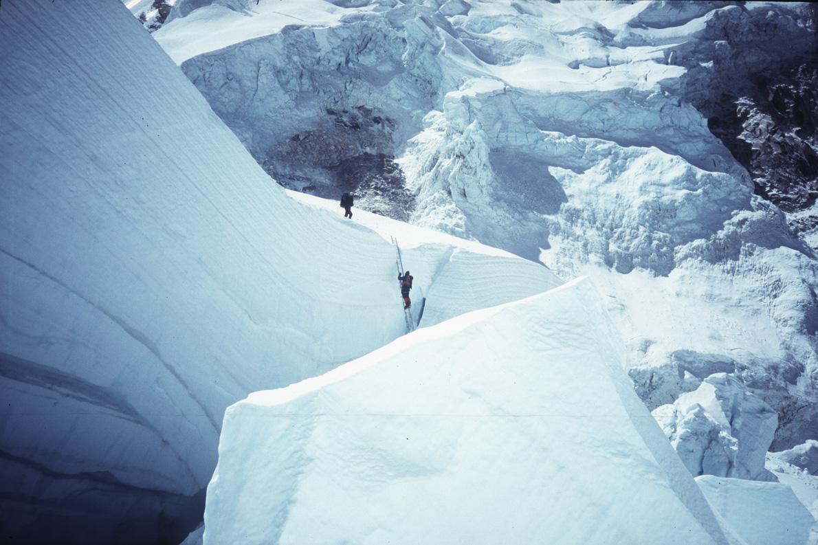 Το πιο δύσκολο και επικίνδυνο κομμάτι της νότιας διαδρομής για την κορυφή του Έβερεστ είναι το ξεπέρασμα των όγκων πάγου του Khumbu icefall.