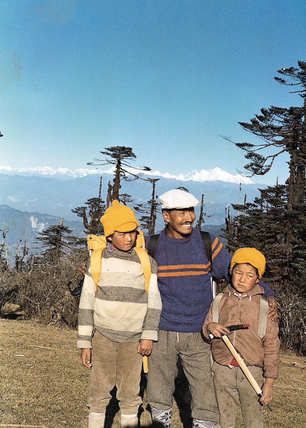 «Εκδρομή με τον πατέρα μου και τον αδελφό μου τον Νορμπού (αριστερά) στην περιοχή Σαντακφού του Νταρτζίλινγκ, το 1974. Από κει πρωτοείδα το Έβερεστ».