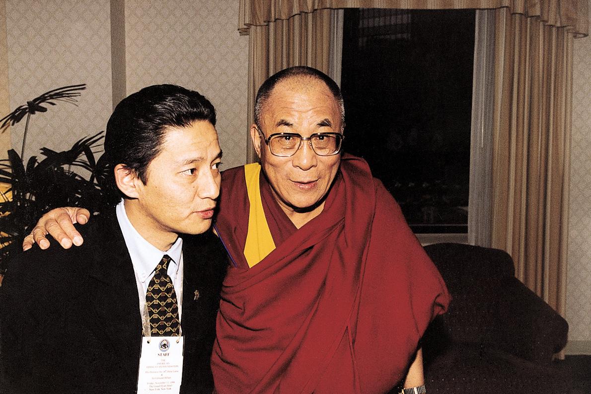«Το 1999 συνάντησα για τέταρτη φορά τον Δαλάι Λάμα, στη Νέα Υόρκη, σε μια εκδήλωση του Αμερικανικού Ιδρύματος Ιμαλαΐων. Του πρόσφερα μια πέτρα από την κορυφή του Έβερεστ και μου είπε πως οι γονείς μου θα ήταν περήφανοι για μένα».