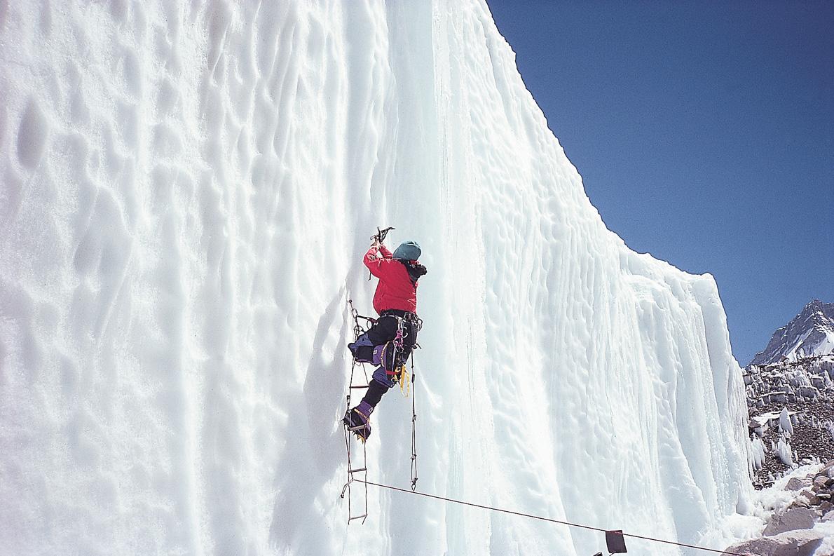 «Σήμερα τα κραμπόν προσαρμόζονται γρήγορα στις πλαστικές μπότες ορειβασίας. Έχουν καρφιά και μπροστά κι επιτρέπουν την αναρρίχηση σε κατακόρυφες επιφάνειες πάγου, όπως κάνω εδώ, με τη βοήθεια μιας ανεμόσκαλας».