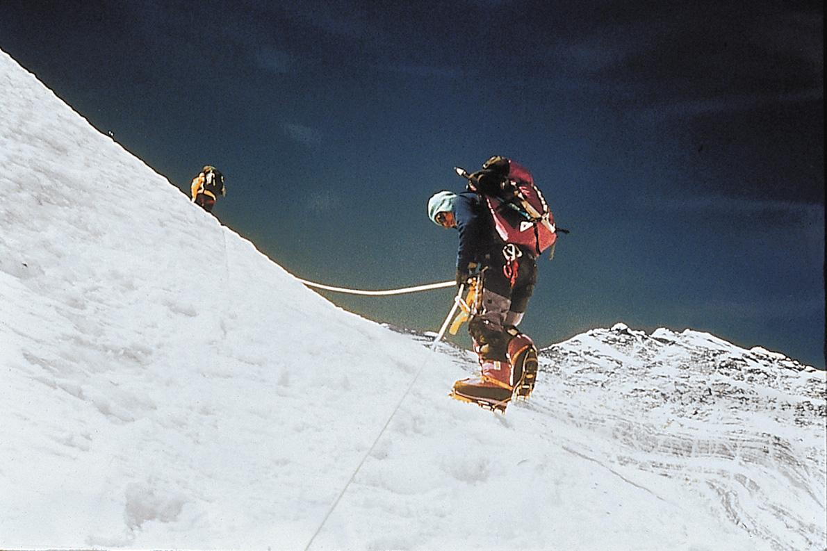 Ο Τζάμλινγκ Νοργκάι ανεβαίνοντας την πλαγιά του Λότσε, στα 7.000 μέτρα. «Ο πατέρας μου έκοβε με κόπο βήματα στον πάγο με την αξίνα του για ν' ανέβει σ' αυτό το επικίνδυνο σημείο. Η βρετανική αποστολή του 1953 χρειάστηκε σχεδόν τρεις μήνες πεζοπορία και αναρρίχηση για να φτάσει ως αυτό το σημείο. Εμείς, χρησιμοποιώντας σταθερά σχοινιά, χρειαστήκαμε το μισό περίπου χρόνο», γράφει.