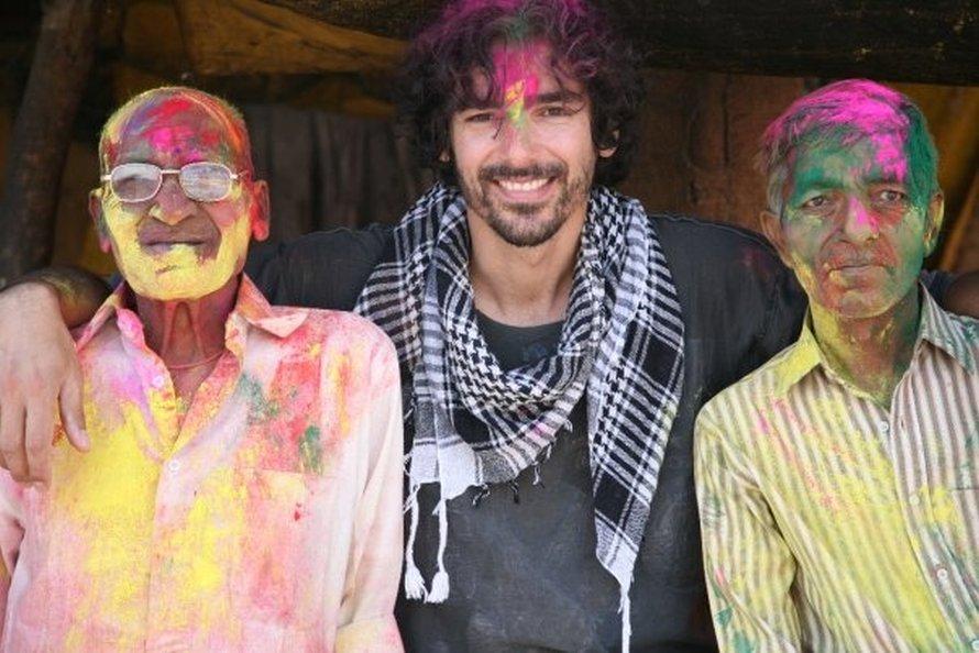 Στην Πουσκάρ στην Ινδία, στη γιορτή του ερχομού της άνοιξης, όπου όλοι βάφονται με χρώμα, το Μάρτιο του 2010.