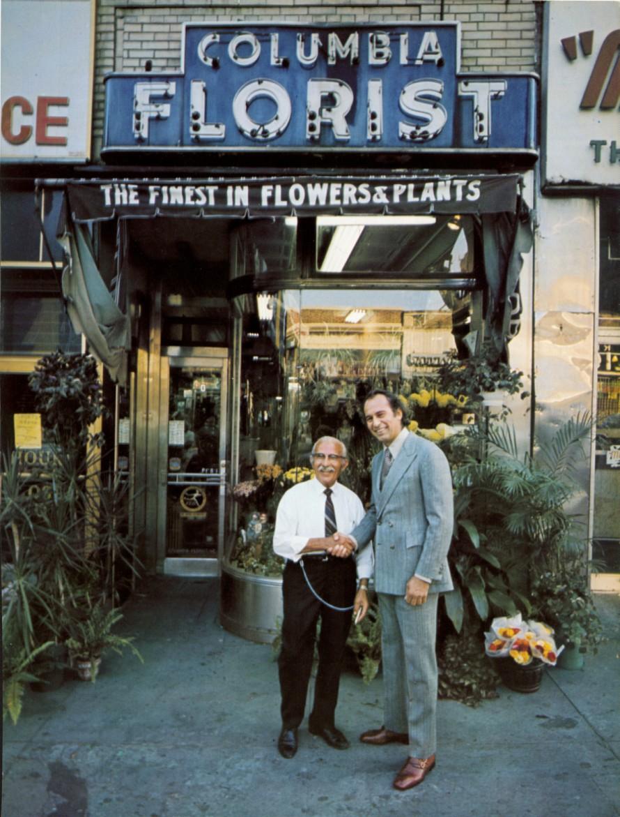 Ο Τζορτζ Λόις με τον πατέρα του, Χαράλαμπο, έξω από το οικογενειακό ανθοπωλείο τους στο Μπρονξ.