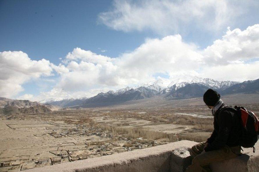 Στο Λεχ, πρωτεύουσα του Λαντάκ, στην Ινδία, στην κορυφή ενός μοναστηριού το 2010. Στο φόντο φαίνονται οι κορυφές των Ιμαλαΐων.
