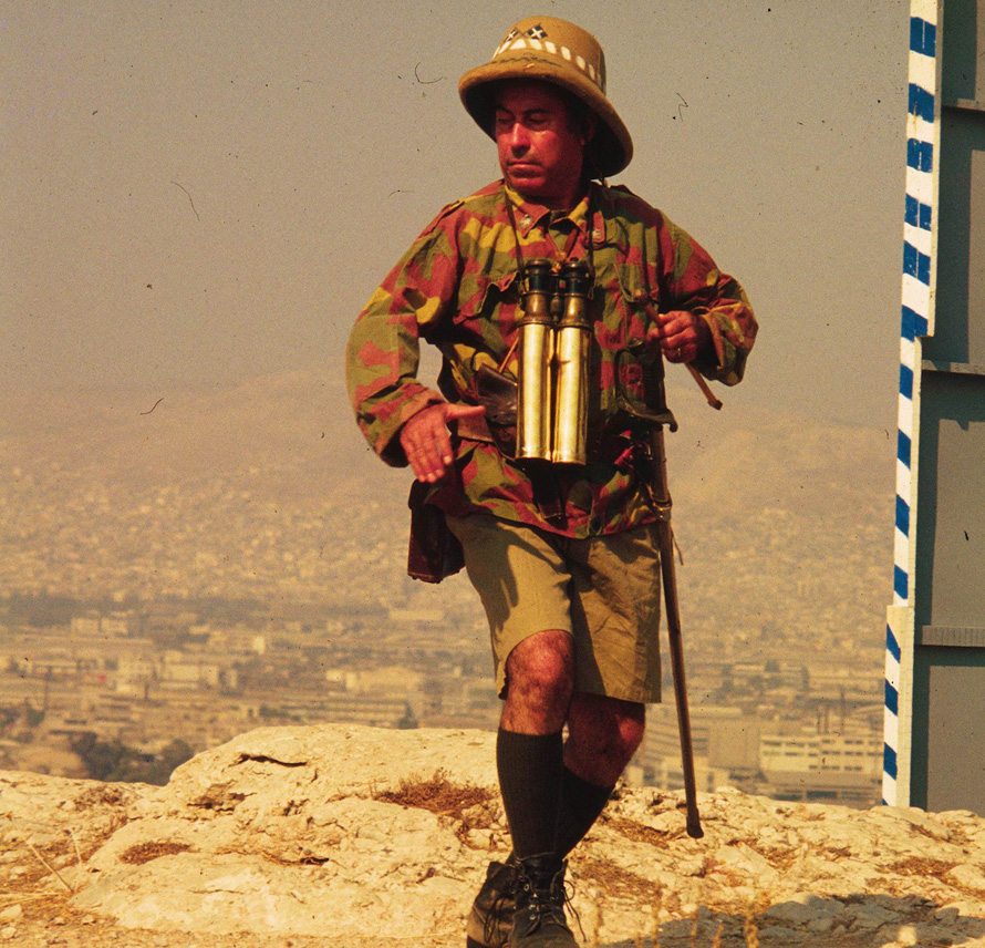 «Έχω και κασέτα –αχ, να μη σβηστεί!– με τον Βέγγο να φωνάζει ''Πού είναι η ζύμη; Γιατί αργεί η ζύμη; Να ειδοποιηθεί η ζύμη!'', στα δεκαπέντε (!) γυρίσματα της ίδιας σουρεαλιστικής σκηνής της ταινίας Το Μεγάλο Κανόνι». (Φωτογραφία: Γιώργος Τζερτζίνης)