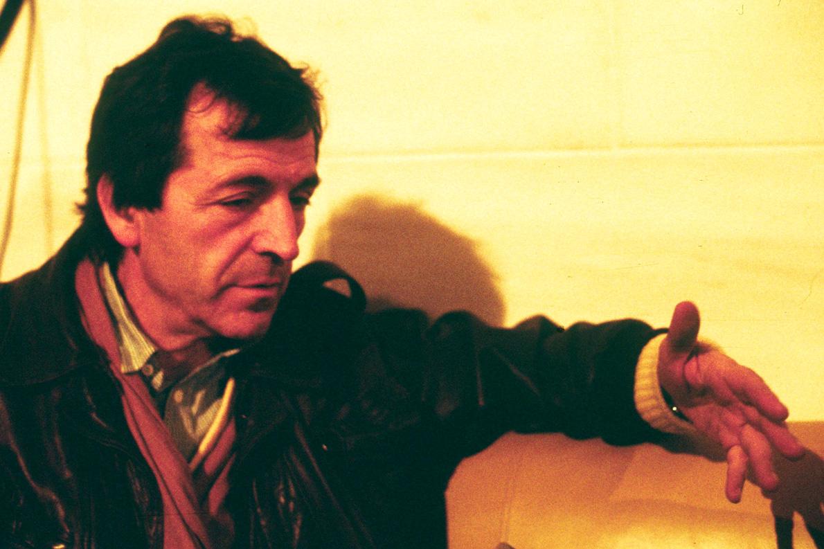 «Με πληροφόρησαν πως ο Κώστας Γαβράς ερχόταν στην Αθήνα για κάποια γυρίσματα της νέας του τότε ταινίας στη βίλα του Ιόλα, για να τον στηρίξει από των κορακιών, του αυριανισμού, τα γαμψά νύχια...» (Αρχείο Σωτήρη Κακίση)