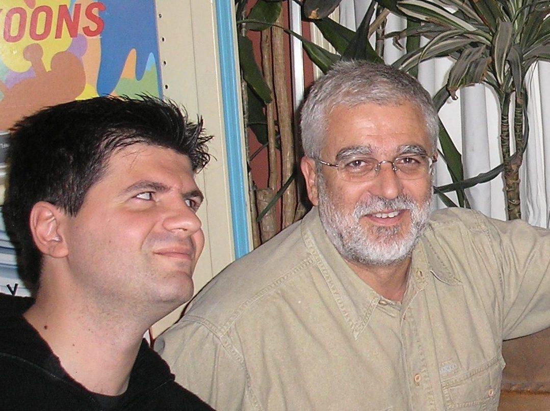 Ο Σωτήρης Κακίσης και ο Φοίβος Δεληβοριάς σε φωτογραφία του Τζίμη Πανούση. «Ο Κακίσης, σε ανύποπτο χρόνο, υπήρξε λυτρωτικά μεταμοντέρνος και την ίδια στιγμή ταπεινός κλασικιστής», γράφει ο Δεληβοριάς.