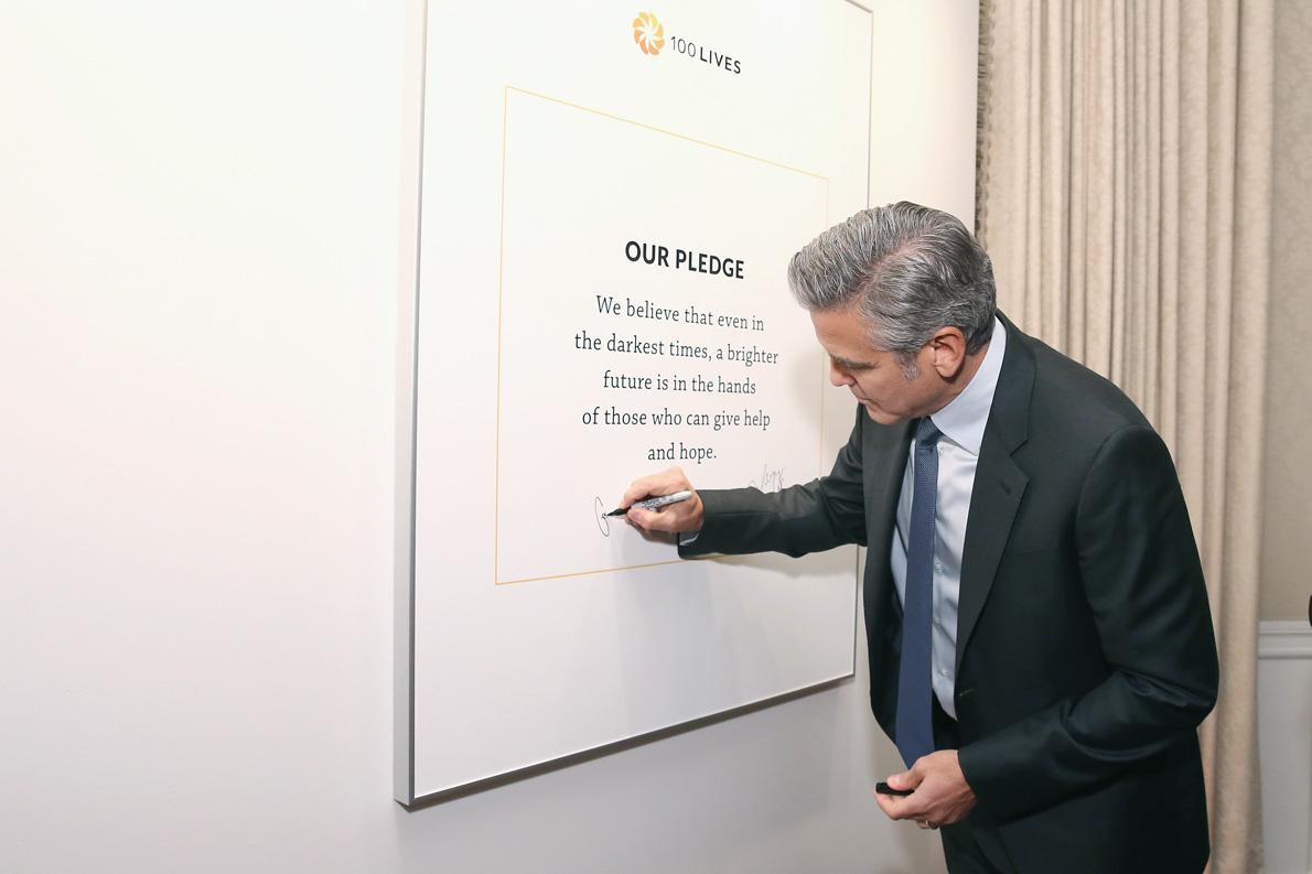 O George Clooney υπογράφει τον όρκο.