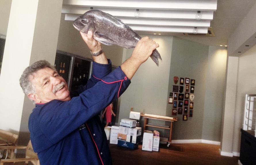 Ο Λευτέρης Λαζάρου είναι ο ιδιοκτήτης και σεφ του εστιατορίου Varoulko Seaside, στον Πειραιά και για φέτος το καλοκαίρι επιμελείται το μανού του εστιατορίου White Star στην Λάκκα Μυκόνου.
