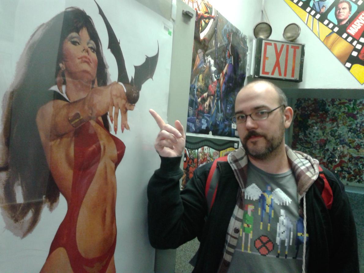 Στο κομιξάδικο Midtown Comics στη Νέα Υόρκη, μπροστά από μία αφίσα της γνωστής ηρωίδας Vampirella.