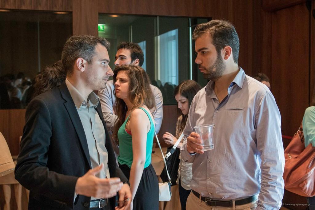Ο κ. Δημήτρης Σκούρτας, Υπεύθυνος Διοργάνωσης των Business Days, συνομιλεί με έναν συμμετέχοντα κατά τη διάρκεια του γεύματος.
