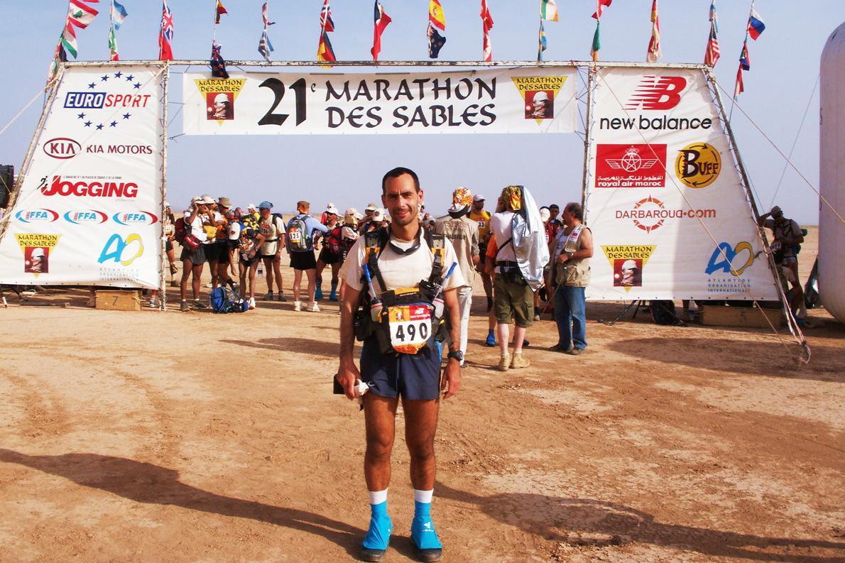«Λίγο πριν δοθεί η εκκίνηση του 21ου Μαραθώνιου της Ερήμου, ευρέως γνωστού ως Marathon des Sables. Ο πιο δύσκολος αγώνας που έχω τρέξει μέχρι σήμερα».
