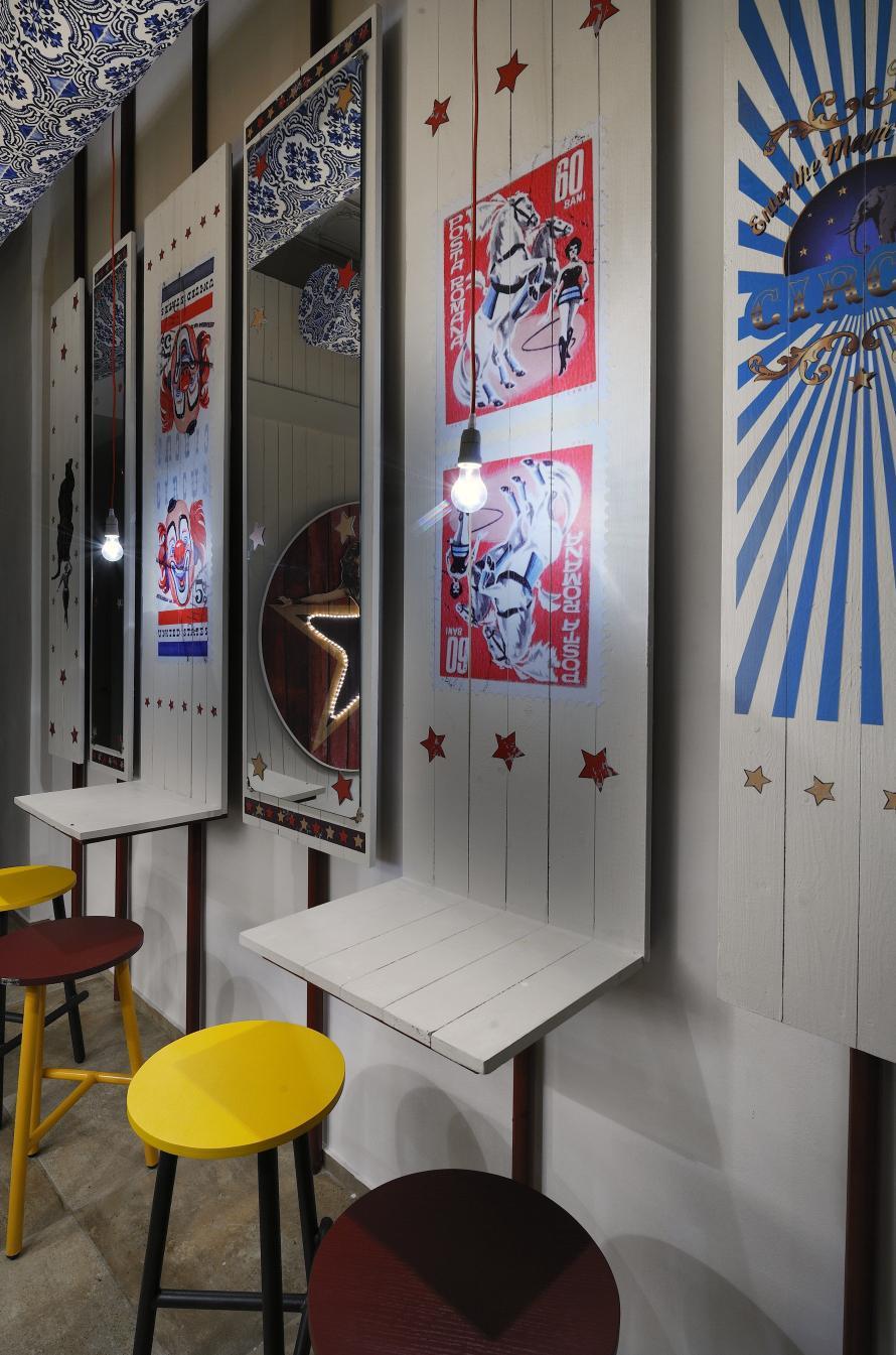 Αστέρια, μεγεθυμένα γραμματόσημα και παλιά posters τσίρκων προσδίδουν ατμόσφαιρα εποχής στις γωνιές του Biribildu.
