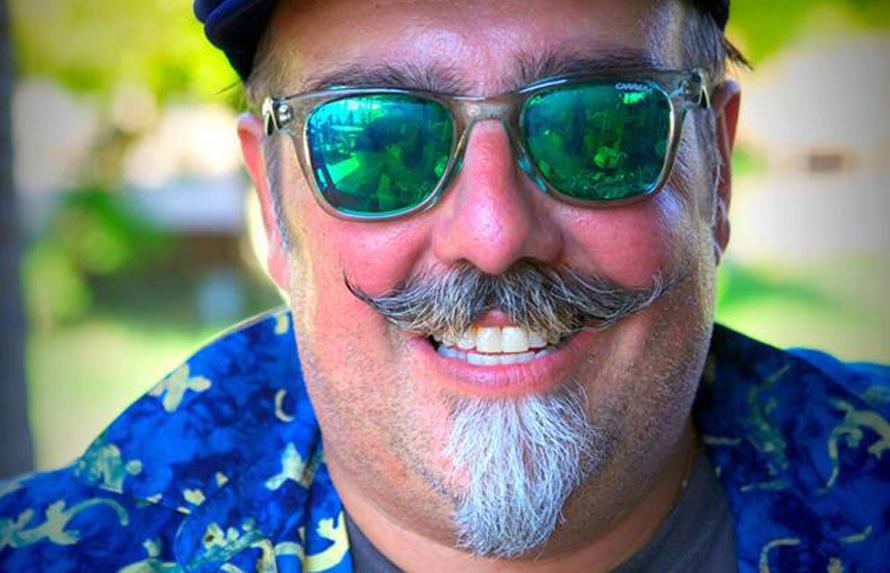 «Ποιο είναι το βασικό γνώρισμα του δικού μου στυλ; Οι τιράντες, το flat caps, τα panama hats, το handlebar mustache και οι πένες».