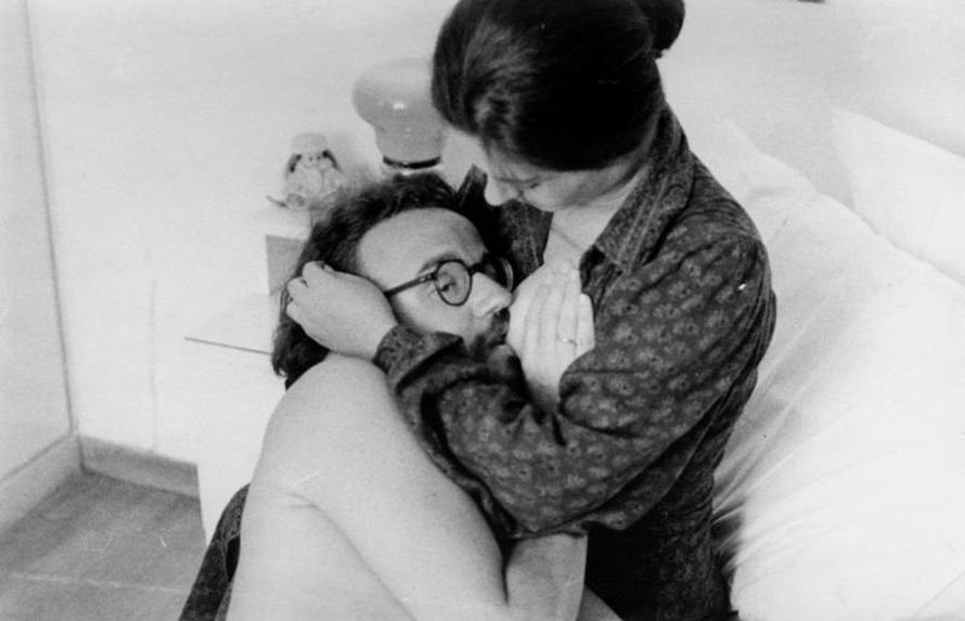 Ο Νίκος Αλευράς και η Λίτσα Γεράρδου στην επίμαχη σκηνή της ταινίας. Κάπου εκεί έπεσε μαύρο στην οθόνη.