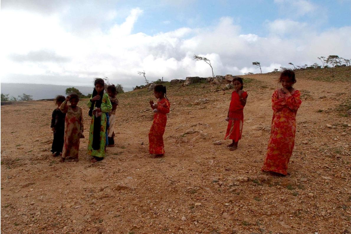 Παιδιά της Υεμένης παρακολουθούν με περιέργεια τα γυρίσματα της ταινίας.