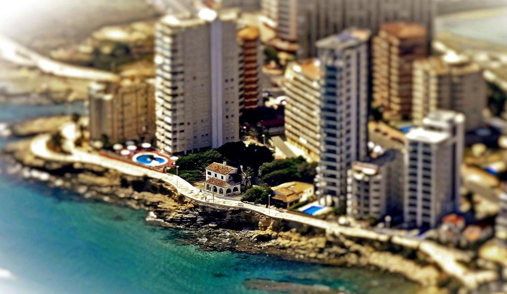 Το Calpe έξω από το Alicante, στη μεσογειακή ακτογραμμή της Ισπανίας. Δεν έχει μείνει τίποτε αδόμητο - και υπάρχουν και χειρότερα, το περίφημο Benidorm και άλλα φρικώδη μνημεία τουριστικής και πολεοδμικής αμετροέπειας. Photo: flickr.com/s-e-r-g-e/