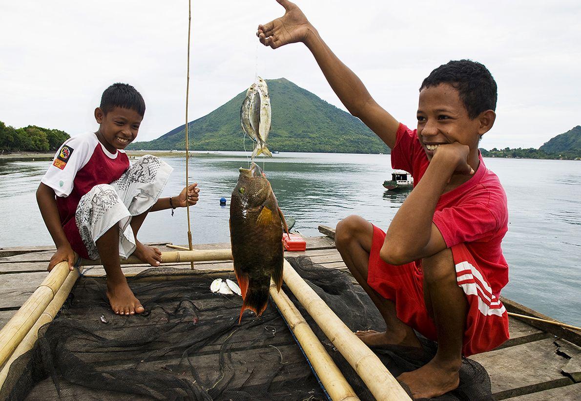 Παρέα με μικρούς ψαράδες στα απομονωμένα νησιά Μπάντα της Ινδονησίας.