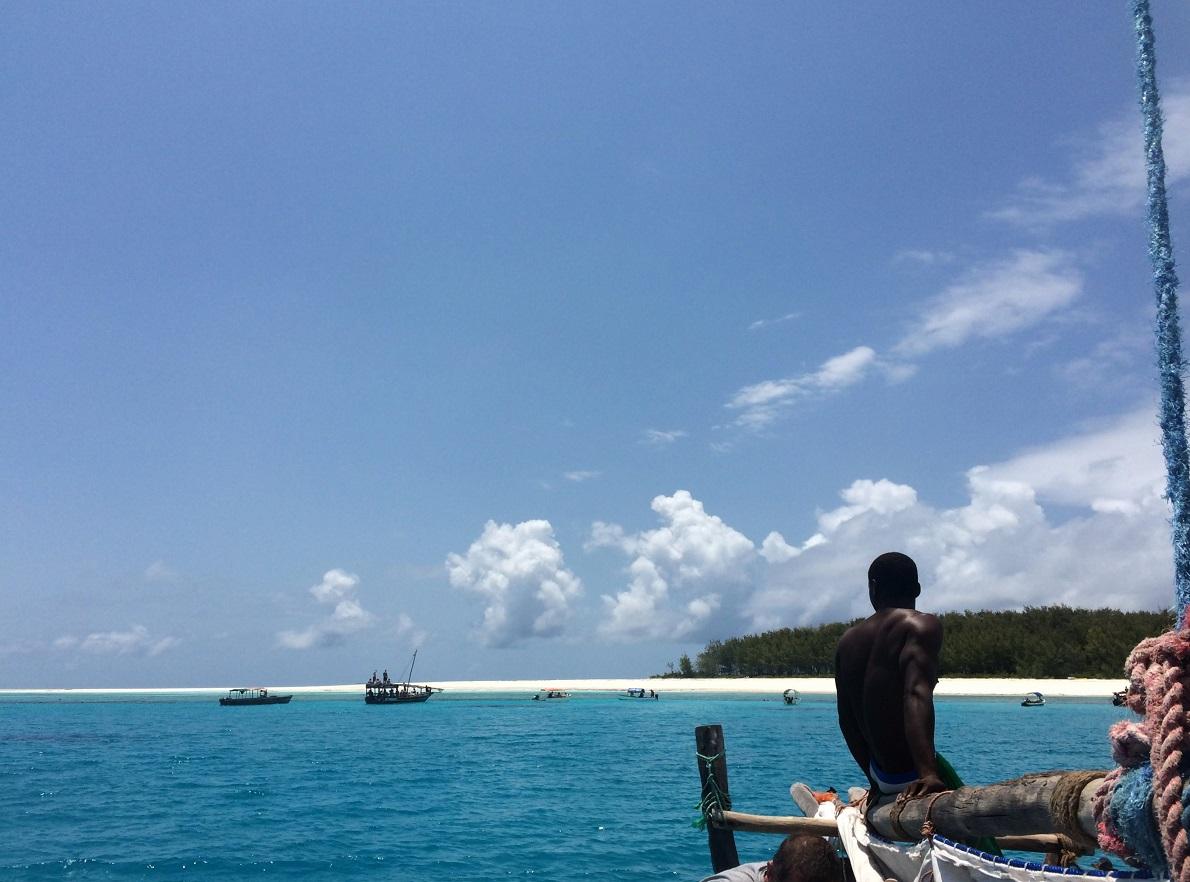 Mnemba Atoll, Zanzibar, Tanzania.  Δεν μπορείς να πας στη Ζανζιβάρη και να μην κάνεις snorkeling στον βγαλμένο από παραμύθι βυθό του νησιού, έναν από τους ομορφότερους του ινδικού ωκεανού. Κίνδυνος από καρχαρίες δεν υπάρχει, διότι οι ακτές προστατεύονται από υφάλους που βρίσκονται στα ανοιχτά. Αρκεί να μην φοβηθείτε τις αμφιβόλου ασφάλειας ξύλινες βάρκες που σαν οδηγούν στο σημειο. Είναι κι αυτό μια εμπειρία.