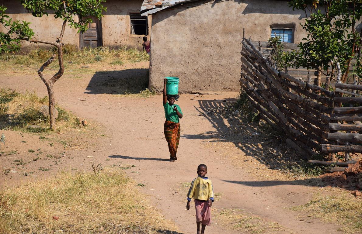 Chitimba, Malawi. Στην Αφρική, και ιδιαίτερα εκτός αστικών κέντρων, οι γυναίκες κουβαλούν τα πάντα στο κεφάλι τους. Από ξύλα, τούβλα και κουβάδες μέχρι και τις τσάντες τους. Αυτό τους επιτρέπει να μεταφέρουν οτιδήποτε πιο ξεκούραστα, να διανύουν μεγαλύτερες αποστάσεις ακόμα και με πιο βαρύ φορτίο από ότι θα κουβαλούσαν με τα χέρια. Το επιχείρησα κι εγώ ο ίδιος, και σας διαβεβαιώνω ότι είναι πολύ αποτελεσματικός τρόπος. Επιπλέον, στο Μαλάουι, συναντήσαμε τους πιο χαμογελαστούς και φιλικούς ανθρώπους που έχουμε γνωρίσει. Σημειωτέον, το Μαλάουι είναι μια από τις φτωχότερες χώρες του κόσμου, και ήταν εμφανές.