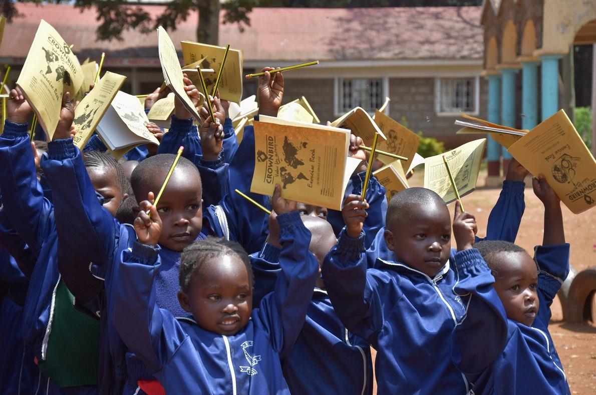 St. George Orthodox School, Kibera Slums, Nairobi, Kenya. Μέσα στην χαοτική παραγκούπολη της Κιμπέρα, το μεγαλύτερο αστικό slum της Αφρικής, βρήκαμε μια όαση με χαμογελαστά πρόσωπα. Συμμετείχαμε στην εθελοντική προσπάθεια του http://www.dreamtravelive.com/ και βοηθήσαμε να μοιράσουμε στα παιδιά σχολικά είδη, με χρήματα που είχαν συγκεντρωθεί από crowd funding. Με το συγκεκριμένο ποσό ενισχύθηκαν και αναβαθμίστηκαν οι εγκαταστάσεις του σχολείου το οποίο ήταν δωρεά του αρχιεπίσκοπου Μακαρίου της Kenya, Ελλήνων και Κυπρίων της χώρας.