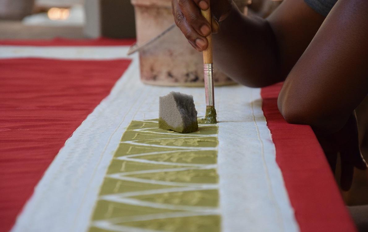 Tribal Textiles, Mfuwe, South Luangwa, Zambia. Η επίσκεψη στη βιοτεχνία ήταν πρωτόγνωρη, καθώς βλέπει κανείς όλα τα στάδια και τις τεχνικές χειροποίητης βαφής υφασμάτων. Τα σχέδια, τα μοτίβα και τα χρώματα ήταν μοναδικά σε κάθε κομμάτι. Η δουλειά απαιτούσε αρκετή εφευρετικότητα και φαντασία.