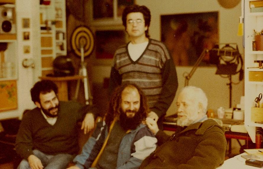 Από δεξιά: O Στέφανος Κουμανούδης, o Βάσος Πτωχόπουλλος, o Κύριλλος Σαρρής κι ο Σωτήρης Κακίσης όρθιος, στο ατελιέ του Γιώργου Σταθόπουλου. (Φωτογραφία Γιώργος Σταθόπουλος).