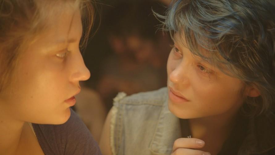 Η πρώτη φορά που συναντιούνται η Αντέλ και η Έμα. Πριν ακολουθήσει ένας απόλυτος και παθιασμένος έρωτας.