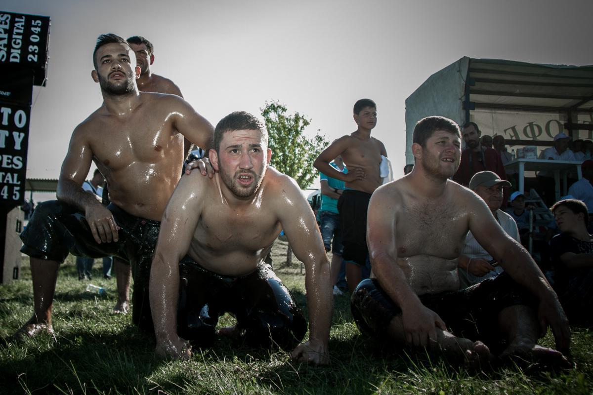 Οι μικρότεροι σε ηλικία πεχλιβάνηδες παρακολουθούν με αγωνία τη μάχη των πρωταθλητών.