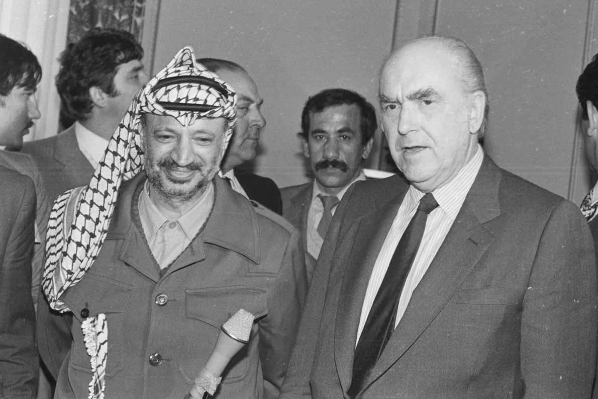 Τελικά είμαστε με τα δίκαια του Παλαιστινιακού λαού; Σαν κι αυτές που συνηθίζουμε στην Ελλάδα της Μεταπολίτευσης: Είμαστε με τα δίκαια του Παλαιστινιακού λαού (και με τις ωραίες φωτογραφίες Ανδρέα Παπανδρέου/Γιασέρ Αραφάτ, τώρα που... ξεχνούμε τις Ανδρέα/Καντάφι, μάλλον);