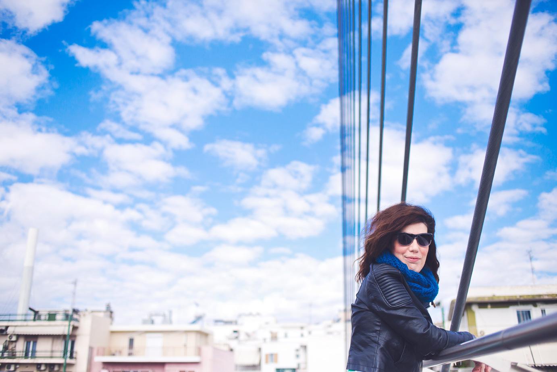Η Βάγια Κάλφα, σε πρόσφατη επίσκεψή της στην Αθήνα, φωτογραφημένη στην πεζογέφυρα της Κατεχάκη από τη Μόνικα Κρητικού.