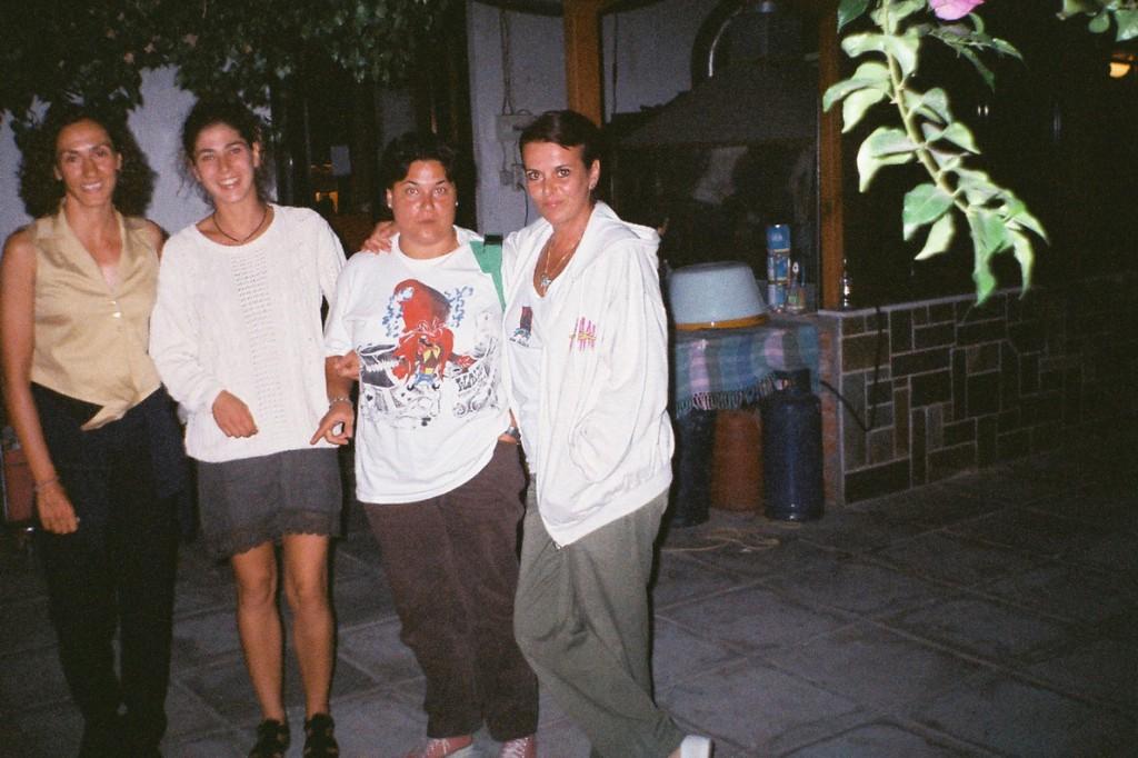 Η Έλενα εκείνο το βράδυ στα Ήλια με την Τέρρυ και τη Χαρούλα, αλλά και με μια δική της φίλη. (Φωτογραφία Σωτήρης Κακίσης)