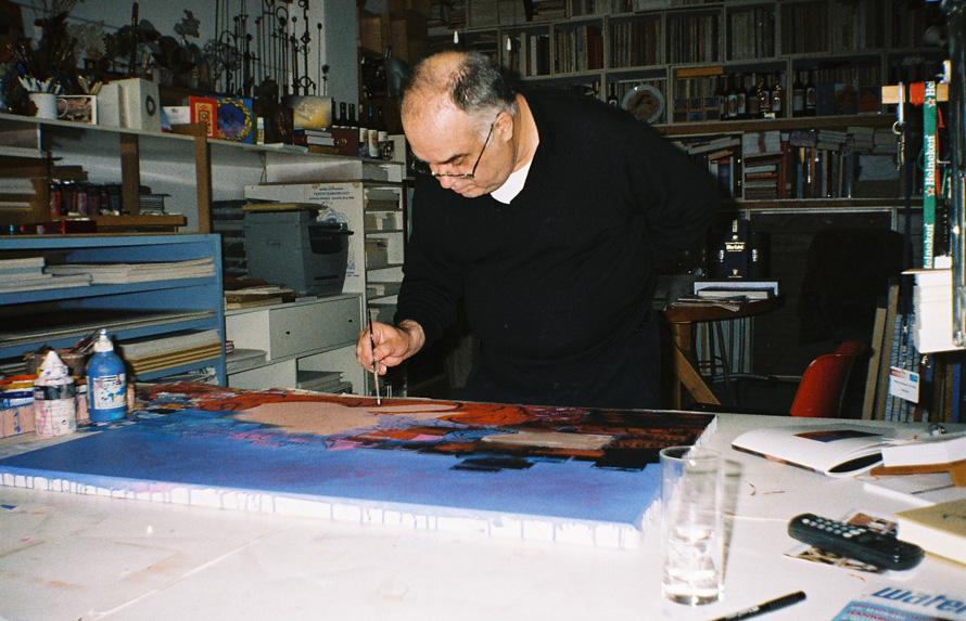2. Ο ζωγράφος Γιώργος Σταθόπουλος στο ατελιέ του. «Των δικών μας ανθρώπων θυμάμαι στου ταπεινόφρονα αυτού τόπου την υπέροχη ανεξιθρησκεία, σε στιγμιαίων πάντα εγκλημάτων τον παράδεισο...», γράφει ο Κακίσης (Φωτογραφία Σωτήρης Κακίσης)